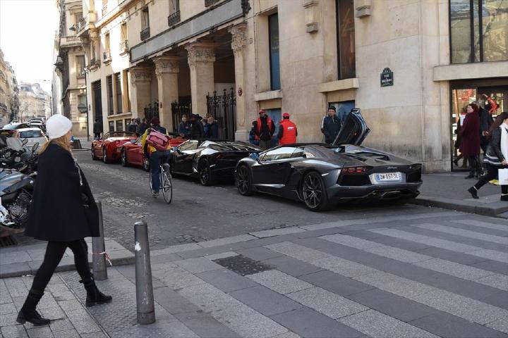 ・・・と何やらけたたましいエキゾーストが・・・おぉ~、フェラーリにランボが集まってる!何かのクラブ?と思いきや、スーパーカーでパリを観光する!っていう有料サービスみたいでした。