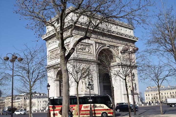 不思議な秩序に感動しつつ・・・それでは凱旋門を経由してエッフェル塔に向かいま~す!