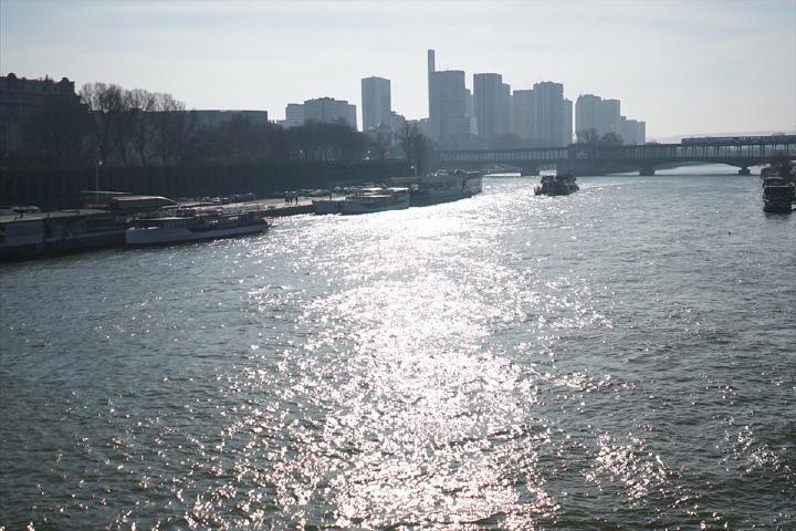 セーヌ河を渡る風と、日本より強く感じる日差しが最高に気持ち良いのです!