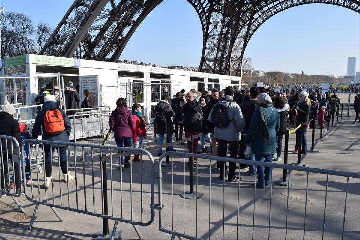 パリ市内で起きたテロ事件の影響で、エッフェル塔の下のエリアに入るにもセキュリティがありました。