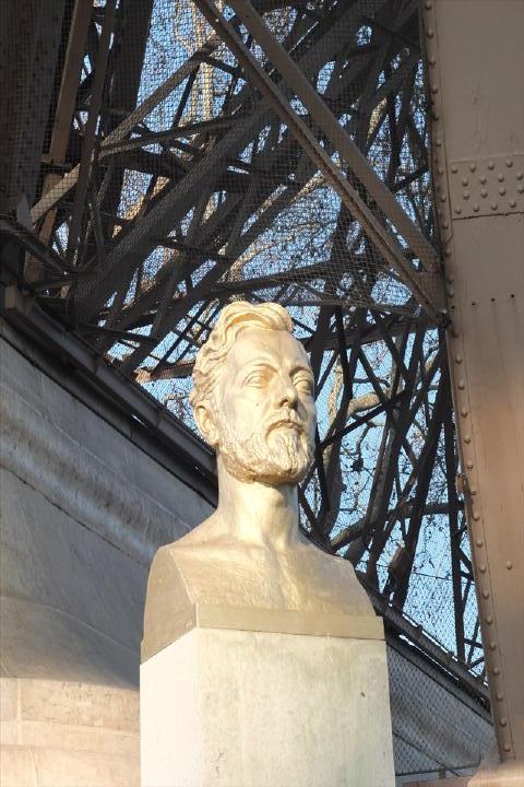 エッフェルさんの銅像。そう、エッフェルは人の名前なんですよね。