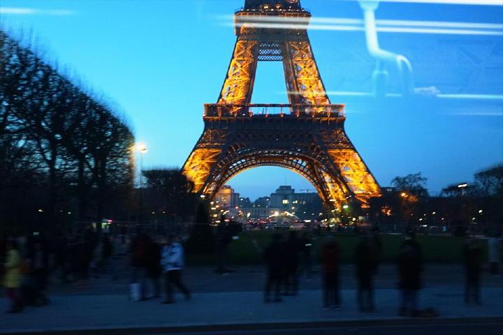 バスの窓からライトアップされたエッフェル塔・・・見とれてしまいます。過度なライトアップじゃないところが、これまたいい感じ!