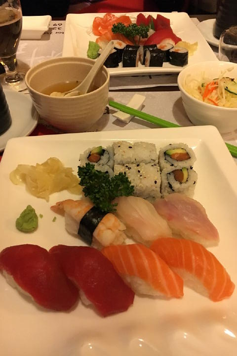 お寿司はやっぱメジャーなのね。ちゃんとお寿司です。ただ、このお寿司のあとに、ご飯とお味噌汁が出てくるとは予想外でした(笑) 寿司は前菜扱い?