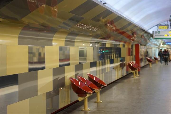 いつもの乗車駅は、もう説明不要ですね。なので、飛ばして・・・Assemblée nationale 駅に到着です!