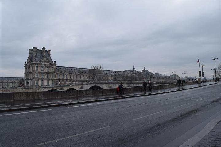 歩く事5分。もうルーブル美術館が見えてきました。