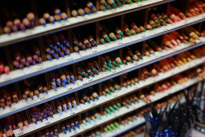 さすが老舗の画材屋さん!店内は色とりどりの画材で溢れています。キレイですねぇ、意外と楽しめるかも・・・。