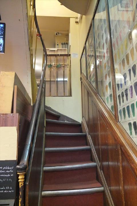 木製の手すりの階段を上がると・・・。