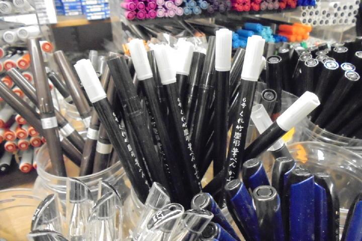 見慣れた筆ペンがこんなところで見れるなんて何か不思議!しかも慶弔用の薄いヤツまであるってどゆこと?!