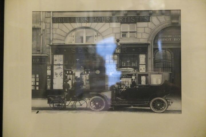 クルマからみて、1920年代の写真でしょうか。少なくともこの頃から店舗はほとんど変わっていないのです。