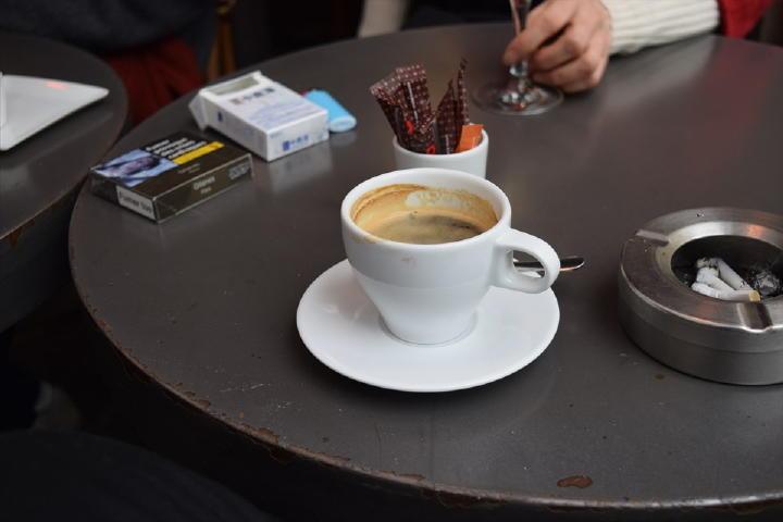 目の前のカフェで一服することに・・・。