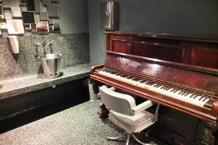 トイレの扉を開けると、なんとピアノが!