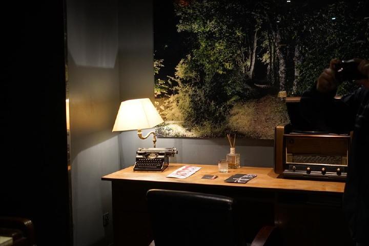 ピアノの反対側には書斎の様なこんなテーブルも!
