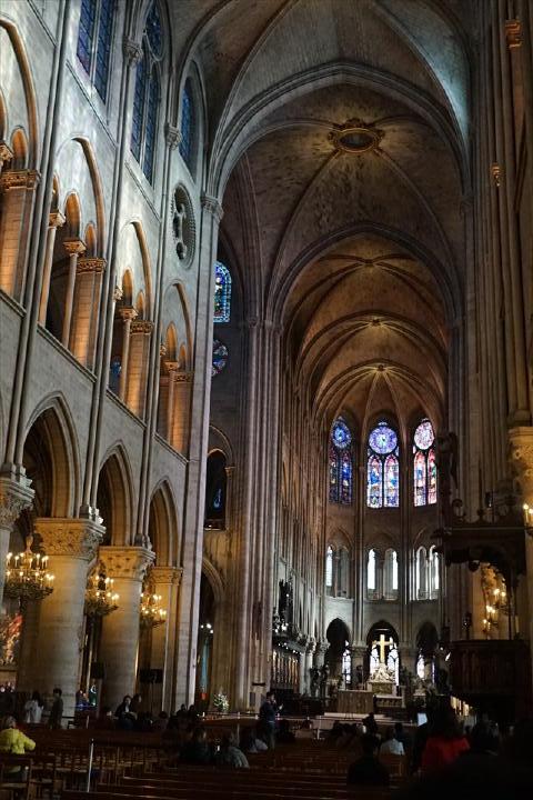 ゴシック建築を代表する素晴らしい建物。現在の姿になったのは1345年だそうなので、既に670年・・・。
