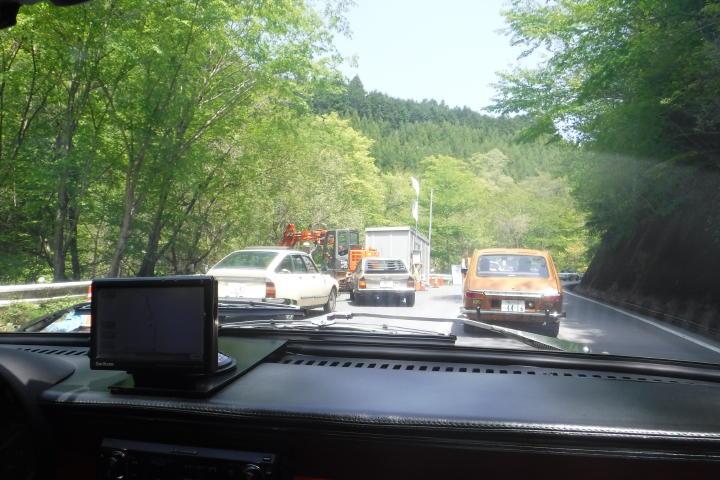 おっと、こちらにも退避車両が!これ、朝のサバイバルゲームより確実に過酷・・・ということは、後ろのクルマは・・・。