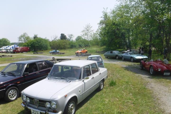 所定のBBQエリア周りに自由に駐車!こんなクルマに囲まれてBBQなんて、クルマ好きにはたまりませんね!