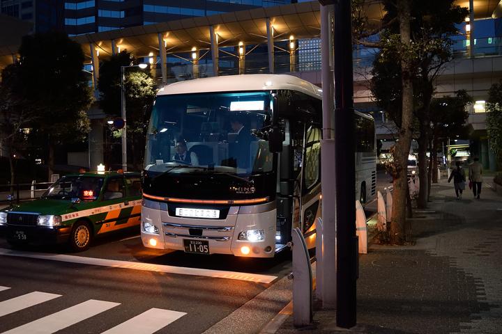 早朝6:00、品川駅に集合です。今回のバスは、アウトレーヴスタッフの身内の勤務するバス会社さんにお願いしました。長時間の乗車になるので、古いバス特有の臭いに弱い方もいるかと心配でしたが、最新のキレイなバスで良かったぁ~!
