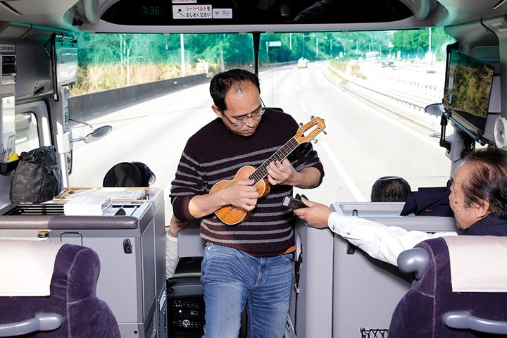 先はまだまだ長~いので、そんなときにはIさんの出番!浅岡ご指名のウクレレ演奏!バスで揺られても弾けるのね・・・Iさん曰く『だって弾かないと怒られるもん』・・・ホントゴメンなさい(笑)