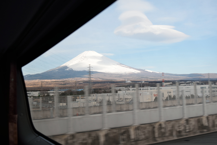 何だかんだで、富士山見えてきたぁ~!どうしても撮影してしまう日本人の性・・・。
