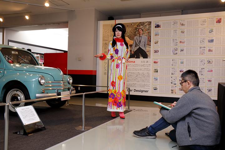 4CVの前だと、そのファッションも違和感ないよね~、折角なのでM画伯にお願いをして4CV&浅岡をモデルにお絵描きタイム!