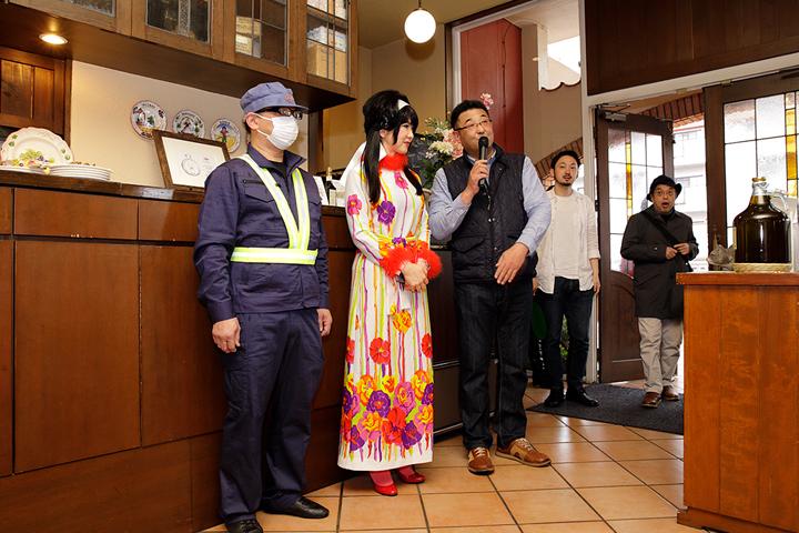 それではそろそろ昼食会場のお隣のレストランへ・・・既に名古屋の方々にはお集まりいただいているとのことで、まずはご挨拶・・・でもキューティーハニーとゴーンさん・・・これいきなり見せられたら・・・。