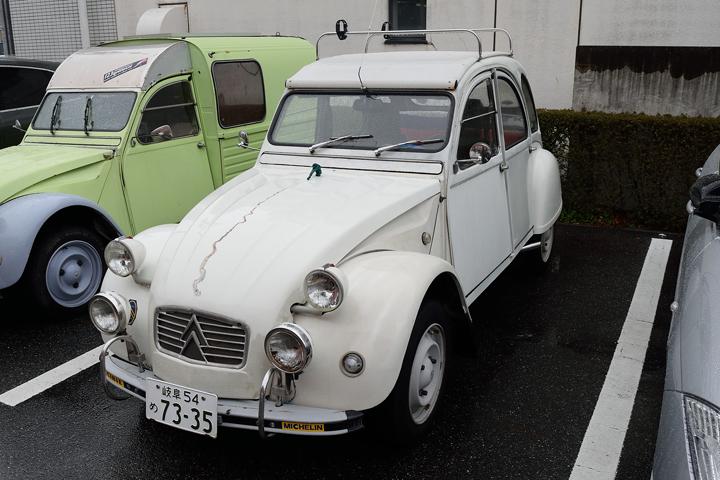 2CVは2CVでも、普通の2CVとは違うのです!ボンネットにゴリラのマスコットが付いた、その名も「ペリエ」!アウトレーヴでも過去に1台だけ扱ったことがありますが、チョ~希少車!